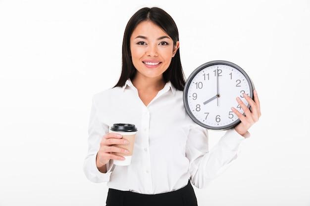 Retrato de una empresaria asiática alegre