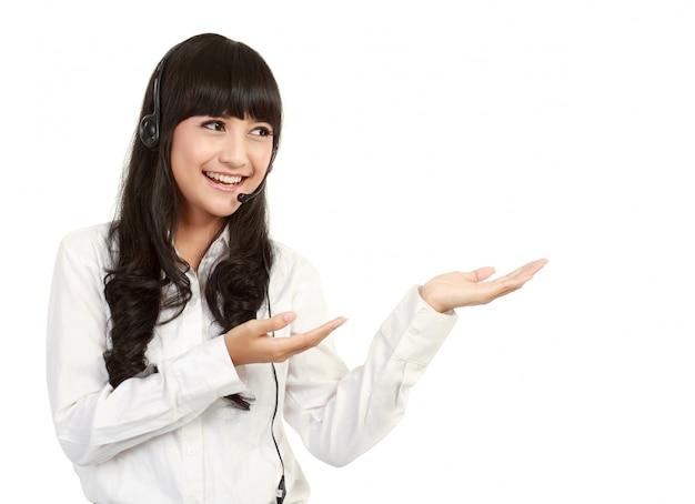Un retrato de empresaria asiática con auriculares