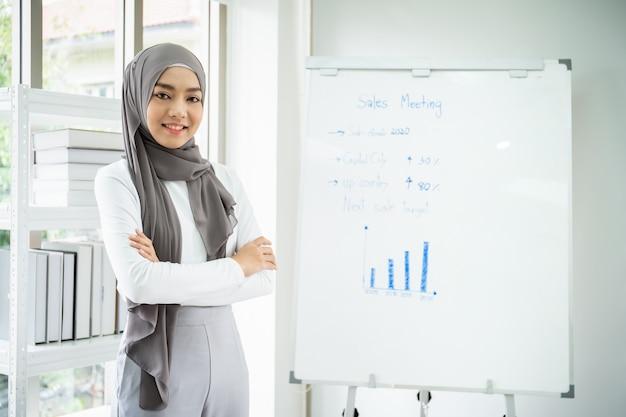 Retrato de empresaria asiática hermosa inteligente trabajando en la oficina