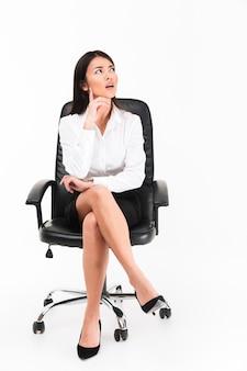 Retrato de una empresaria asiática pensativa en anteojos