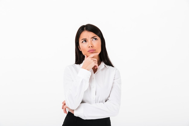 Retrato de una empresaria asiática pensativa