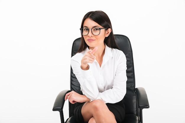 Retrato de una empresaria asiática sonriente en anteojos