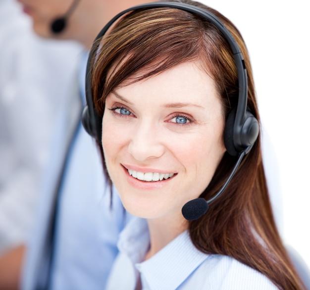 Retrato de empresaria caucásica con auricular en