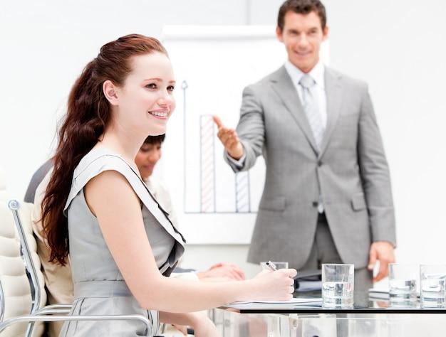 Retrato de una empresaria concentrada durante una reunión