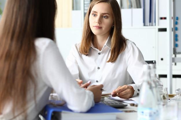 Retrato de empresaria inteligente discutiendo contrato importante y rentable.