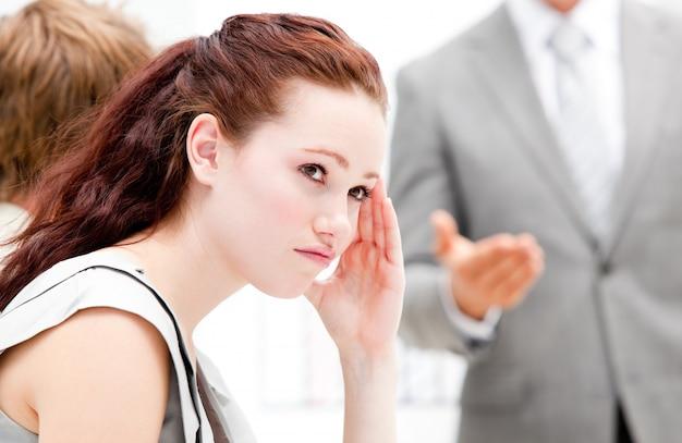 Retrato de una empresaria de pensamiento durante una reunión