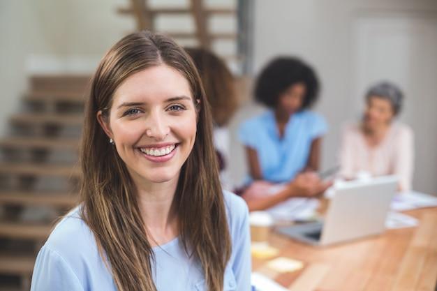 Retrato empresaria sonriendo