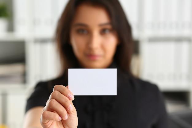 Retrato de empresaria sosteniendo una tarjeta en blanco