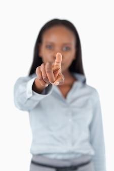 Retrato de una empresaria tocando una pantalla invisible