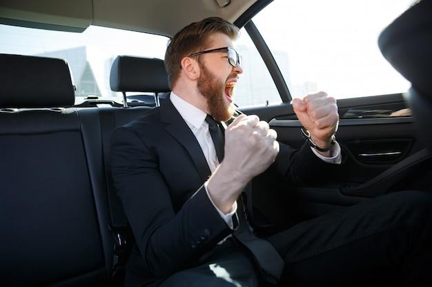 Retrato del empresario alegre celebrando su éxito