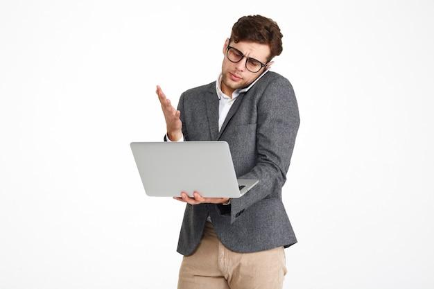 Retrato de un empresario confundido insatisfecho