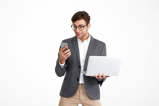 Retrato de un empresario emocionado sorprendido