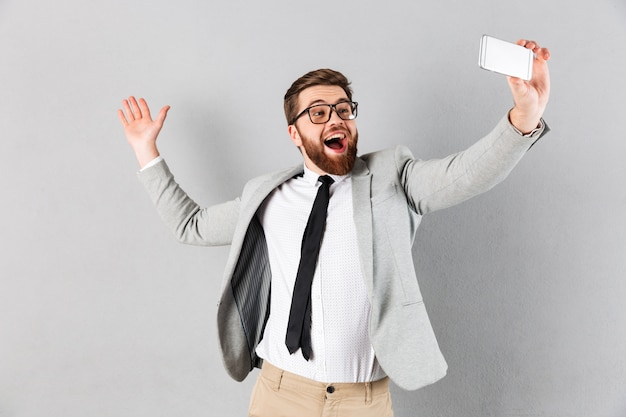 Retrato de un empresario excitado vestido con traje