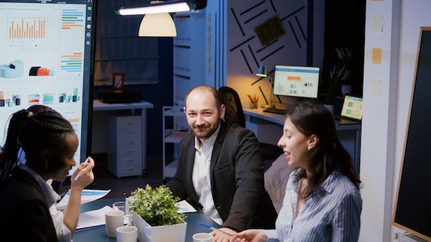 Retrato del empresario mirando a la cámara con exceso de trabajo en la sala de la oficina de reuniones de la empresa