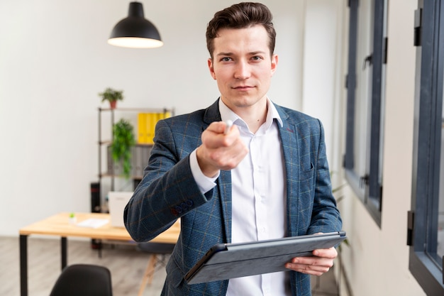 Retrato de empresario señalando