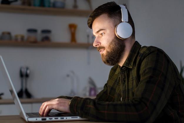 Retrato de empresario trabajando desde casa