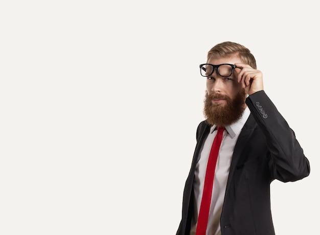 Retrato de empresarios de pensamiento en traje oscuro, camisa blanca y corbata roja