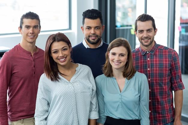 Retrato de empresarios de pie juntos