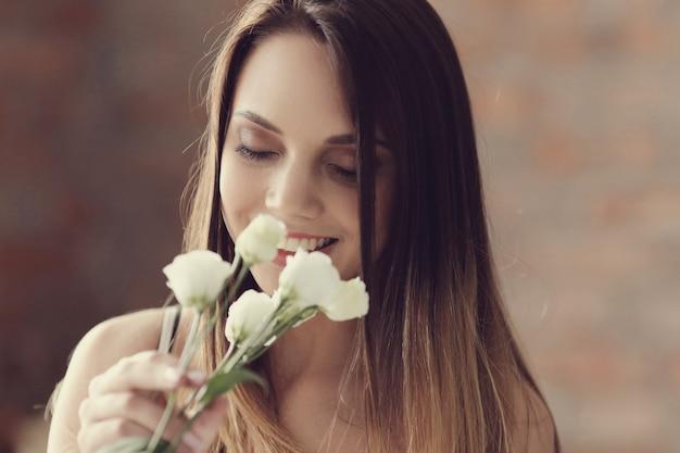 Retrato encantador de la mujer joven