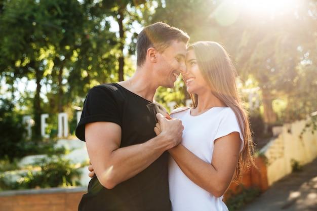 Retrato de una encantadora joven pareja enamorada