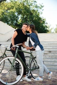 Retrato de una encantadora joven pareja de enamorados besándose
