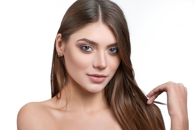 Retrato de una encantadora modelo morena con maquillaje