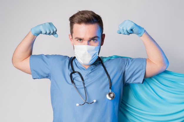 Retrato de enfermera con capa y máscara
