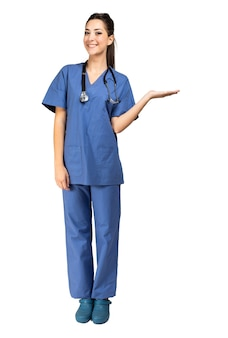 Retrato de enfermera de cuerpo entero en una pose de bienvenida