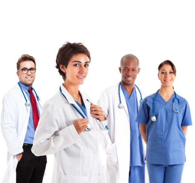 Retrato de una enfermera frente a su equipo médico