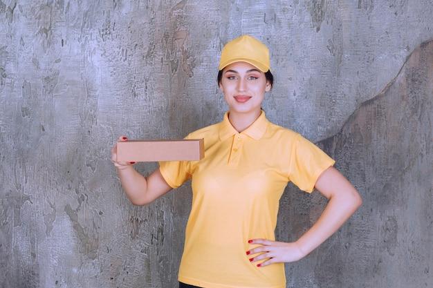 Retrato, de, entrega, empleado, valor en cartera de mujer, caja de cartón