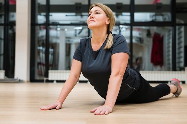 Retrato de entrenamiento de mujer adulta