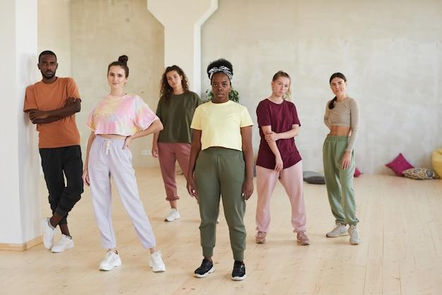 Retrato de equipo de jóvenes bailarines mientras está de pie en el estudio de danza