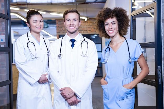 Retrato de equipo médico sonriendo en el hospital