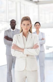 Retrato de equipo de negocios alegre en la oficina