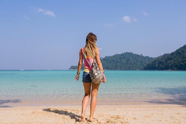Retrato, de, espalda, de, bronceado, mujer joven, el mirar, asombroso, azul, mar, y, montañas, vista