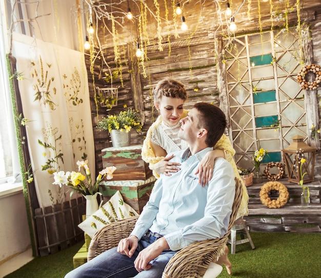Retrato de una esposa cariñosa y un marido feliz en una casa de campo