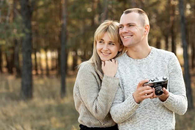 Retrato de esposa y esposo mirando a otro lado