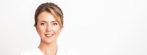 Retrato de una esteticista profesional sonriente feliz sobre fondo blanco con espacio vacío para texto