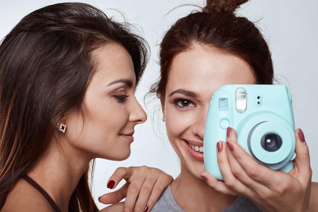 Retrato de estilo de vida de estudio de dos mejores amigas chicas locas hipster