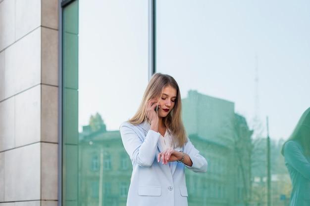 Retrato de estilo de vida de mujer de negocios