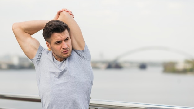 Retrato de estiramiento masculino atlético