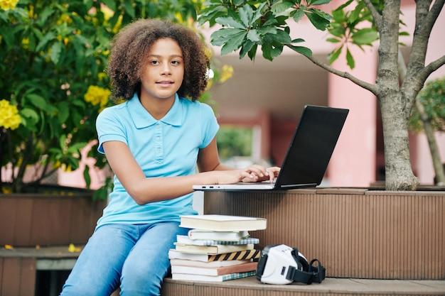 Retrato de estudiante adolescente al aire libre