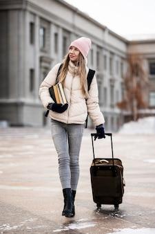 Retrato de estudiante con equipaje