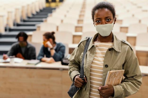 Retrato de estudiante con máscara médica