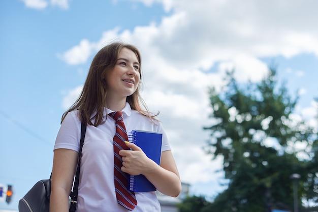 Retrato de estudiante sonriente con frenillos en los dientes