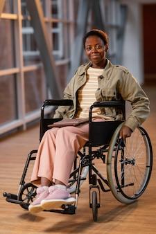 Retrato de estudiante sonriente en silla de ruedas