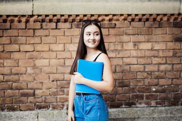 Retrato de un estudiante universitario asiático en el campus
