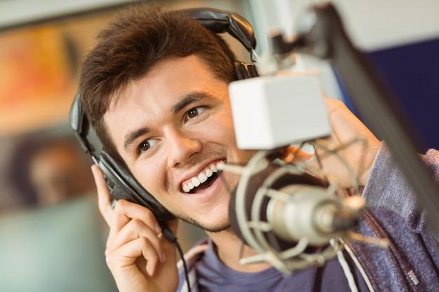 Retrato de un estudiante universitario grabando audio