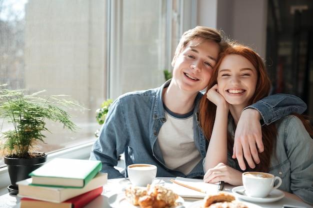 Retrato de estudiantes abrazándose en la cafetería