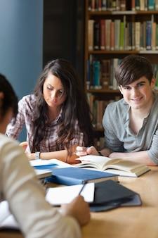Retrato de estudiantes preparando una tarea
